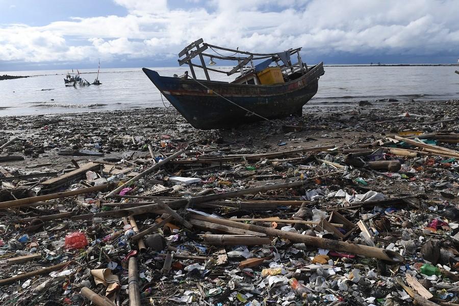 Kapal rusak yang karam akibat tsunami di Kampung Nelayan Teluk, Labuan, Pandeglang, Banten (26/12/2018).ANTARA FOTO/Akbar Nugroho Gumay.