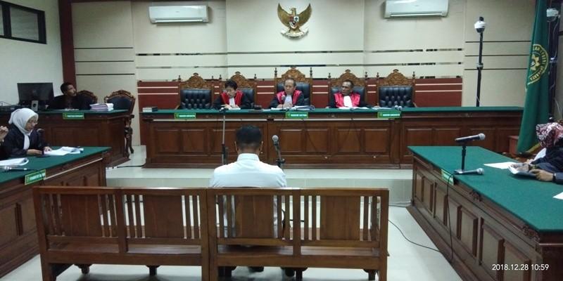 Mantan Bupati Mojokerto Mustofa Kamal Pasa (MKP) saat menjalani sidang tuntutan di Pengadilan Tindak Pidana Korupsi Surabaya di Jalan Raya Juanda Kabupaten Sidoarjo, Jumat (28/12).
