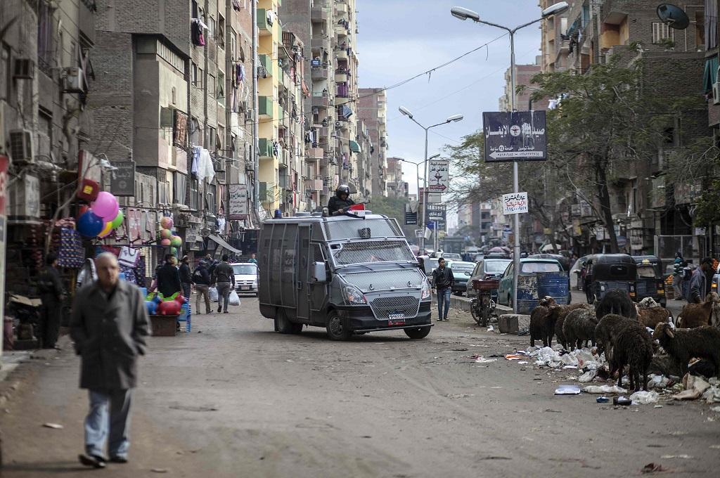 Polisi berpatroli di distrik Giza, Kairo, 25 Januari 2016. (Foto: AFP/MAHMOUD KHALED)