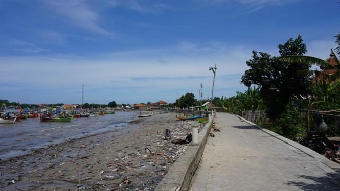 Pemukiman warga di tepi pantai di Kelurahan Bulu Kecamatan Jepara Kota.