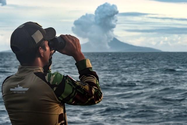 Prajurit KRI Torani 860 mengamati aktivitas Gunung Anak Krakatau saat erupsi di Perairan Selat Sunda. Foto: Antara/Muhammad Adimaja.