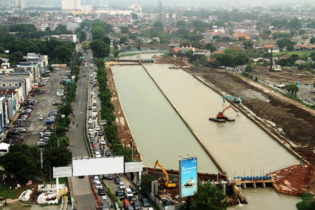 Sejumlah alat berat mengeruk Kalimalang, Bekasi, Rabu (7/11/2018). Bantaran sungai akan ditata sebagai area publik dan destinasi wisata baru. Antara Foto/Risky Andrianto