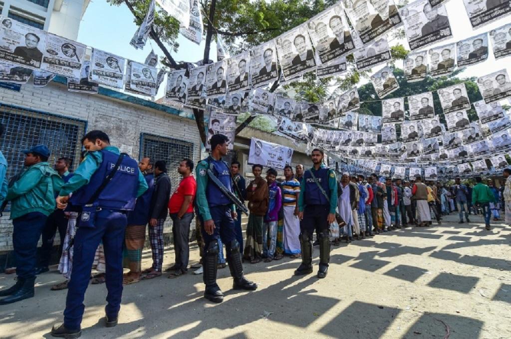 Warga mengantre untuk menggunakan hak pilih dalam pemilu di Bangladesh, Minggu 30 Desember 2018. (Foto: AFP)