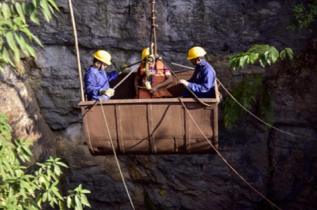 Personel AL India melakukan operasi di sebuah tambang ilegal di Meghalaya, India, 30 Desember 2018. (Foto: PTI)