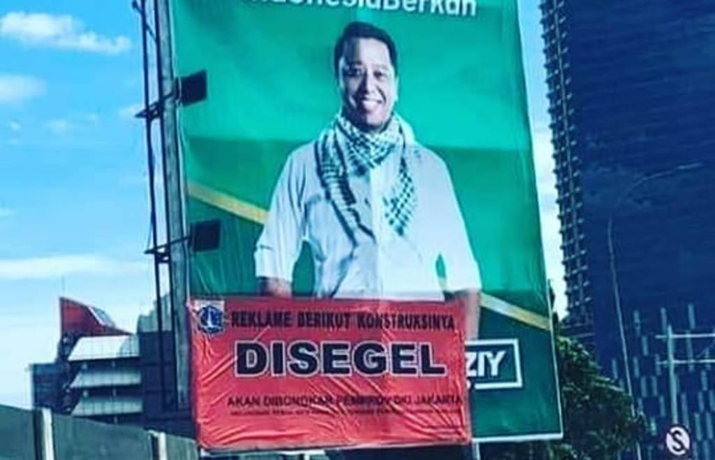 Papan reklame Ketum PPP Romahurmuziy yang disita Pemerintah Provinsi DKI Jakarta. Foto: Istimewa.