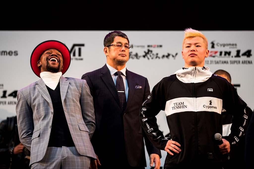 Floyd Mayweather Jr. (kiri) dan Tenshin Nasukawa (kanan). (Behrouz MEHRI / AFP)