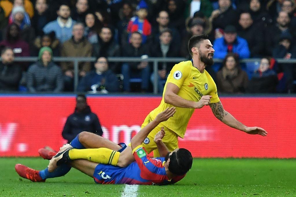Striker Chelsea, Olivier Giroud, bertubrukan dengan bek Crystal Palace, James Tomkins, (Ben STANSALL / AFP)