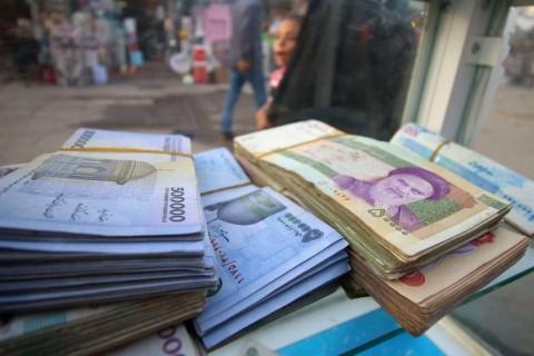 Intervensi Bank Sentral Stabilkan Rial Iran