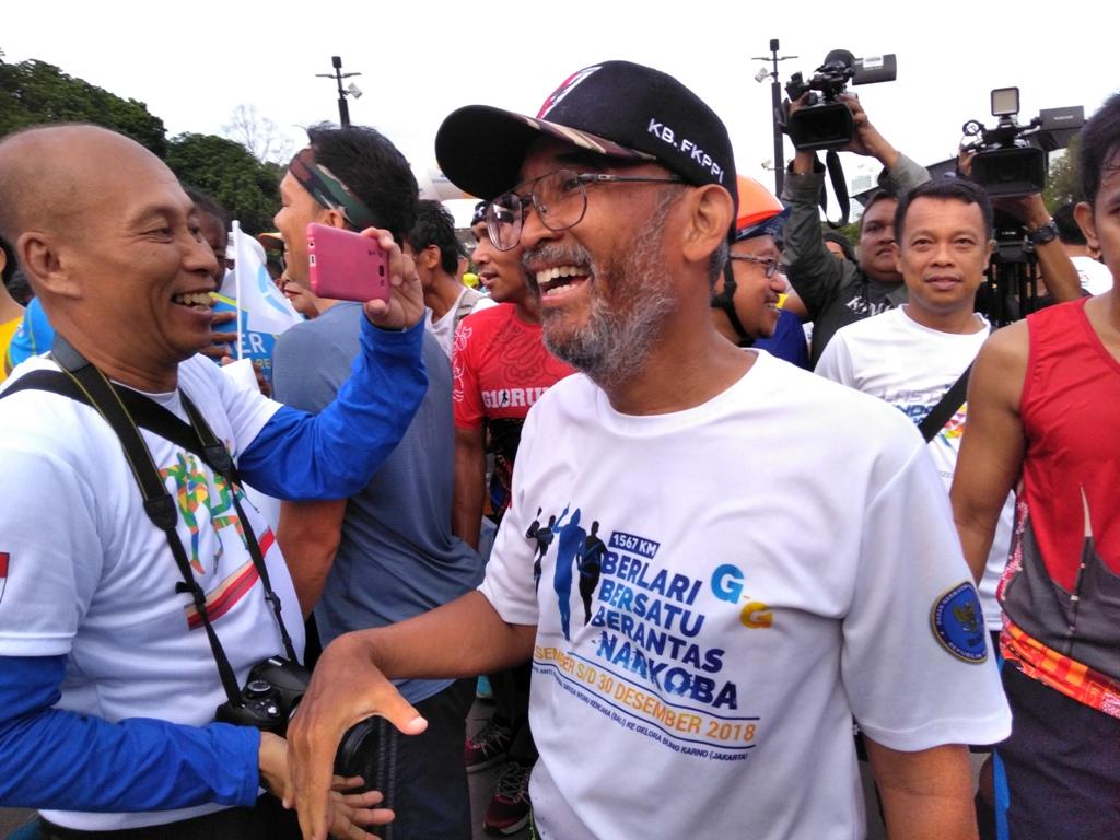 Pelari ultra maraton dari Patung Garuda Wisnu Kencana hingga Gelora Bung Karno Gatot Supariyono di garis finish. Medcom.id/Syahrul Ramadhan.