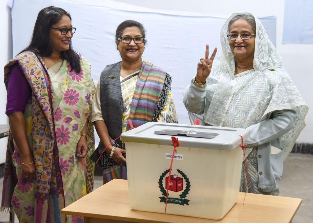 PM Bangladesh Sheikh Hasina ketika memberikan suara. (Foto: AFP)