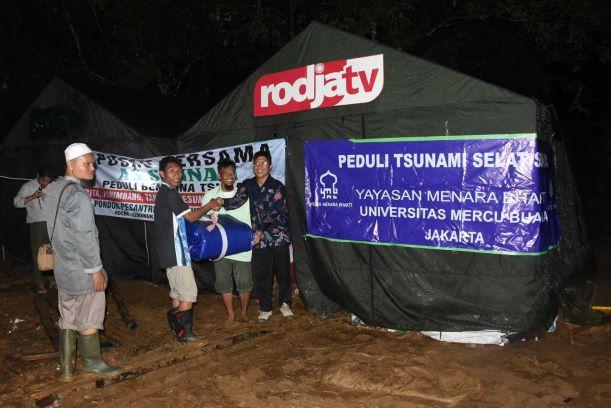 Universitas Mercu Buana Jakarta menyerahkan bantuan untuk korban tsunami di Selat Sunda, UMB/Humas.