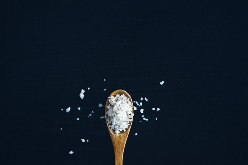 Konsumsi garam berlebih dapat menimbulkan efek samping seperti gangguan tidur, penyakit jantung, hingga batu ginjal. (Foto Ilustrasi: Jason Tuinstra/Unsplash.com)