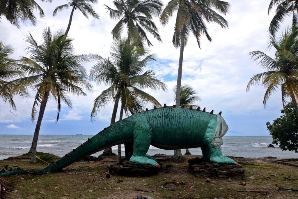 Perosotan Dinosaurus di Pantai Karang Bolong, Anyer, Serang, Banten, rusak karena tsunami. Foto: MI/Susanto.