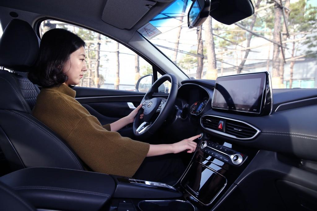 Sistem sidik jari akan mulai diaplikasikan di Hyundai Santa Fe. Hyundai