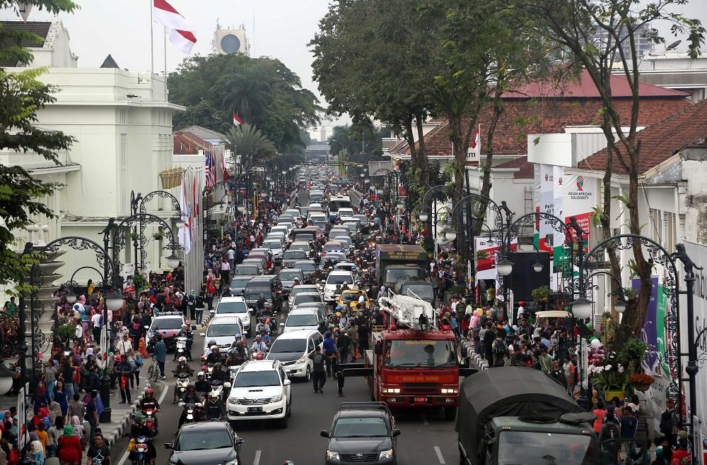 Kepadatan lalulintas di depan Gedung Merdeka di Jalan Asia Afrika, Bandung , Jawa Barat, Rabu (22/4). MI/RAMDANI.