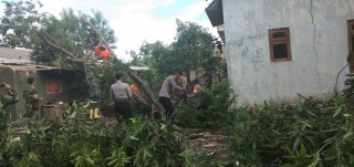 Petugas Gabungan Bantu Bersihkan Puing