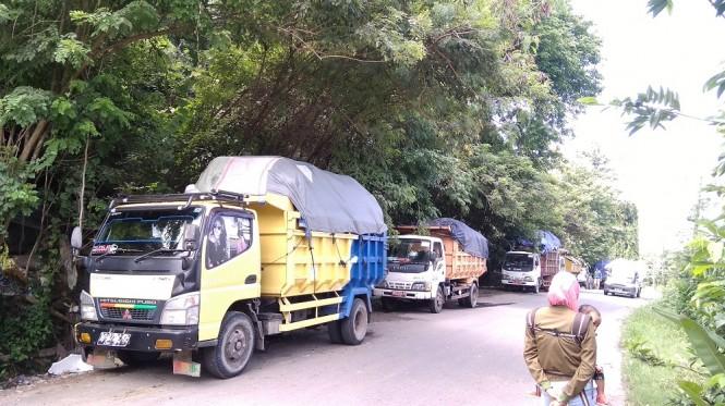 Akses jalan masuk ke TPST Piyungan yang ditutup warga dengan sebatang pohon, Senin, 31 Desember 2018. Medcom.id/ Ahmad Mustaqim.