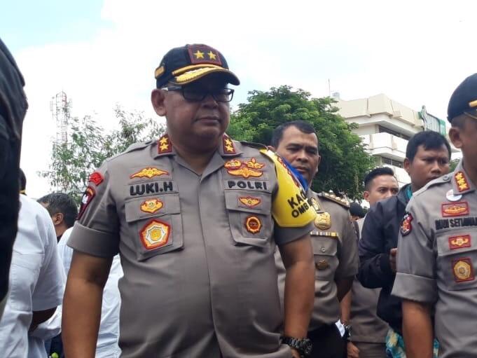 Kapolda Jatim Irjen Pol Luki Hermawan didamping Kapolrestabes Surabaya Kombes Pol Rudi Setiawan saat memantau Jalan Raya Gubeng Surabaya. Medcom.id/Amaluddin