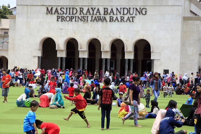 Warga menikmati suasana taman alun-alun, Bandung, Jawa Barat. MI/Rommy Pujianto