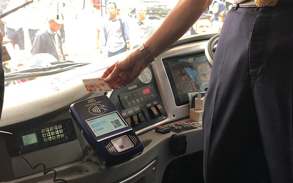 Penerapan tiket elektronik di bus PPD. Foto: Medcom.id/Theofilus Ifan Sucipto.