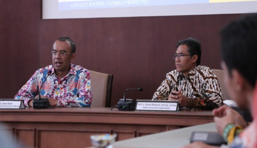 Rektor UGM, Panut Mulyono  (kanan) dan Sekretaris Kementerian Pemuda dan Olahraga, Gatot S. Dewa Broto (kiri), UGM/Humas.