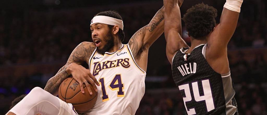 Forward Lakers, Brandon Ingram (14), mencoba melewati hadangan guard Sacramento Kings, Buddy Hield (AFP/John McCoy)