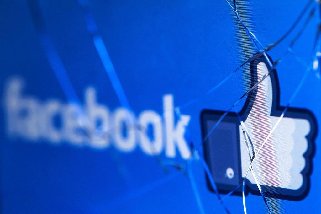 Facebook tetap lacak non-pengguna via aplikasi Android. (Photo by JOEL SAGET / AFP)