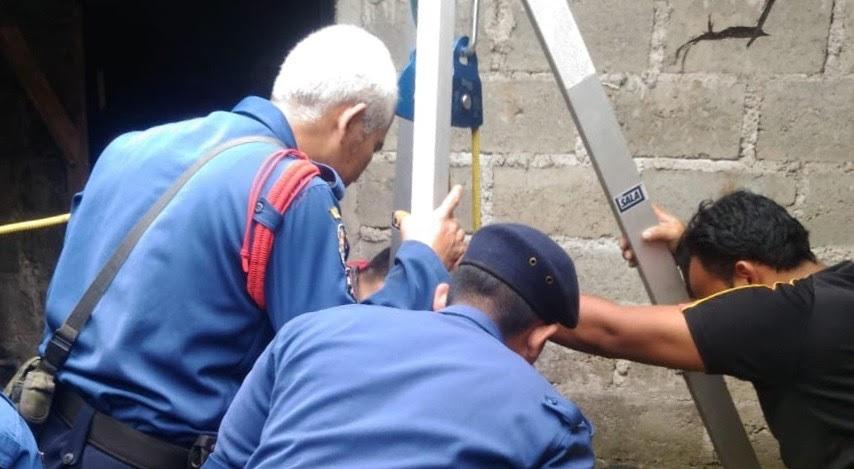 Dinas Pemadam kebakaran mengevakuasi Kakek Sidup yang tercebur sumur, di Tangerang Selatan, Banten, Senin, 31 Desember 2018.