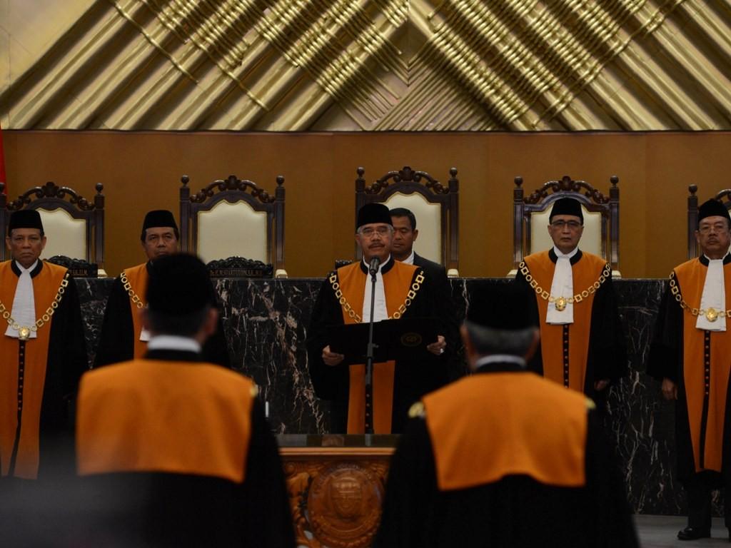 Pengambilan sumpah pada pelantikan dua hakim agung. Foto: MI/Mohamad Irfan.
