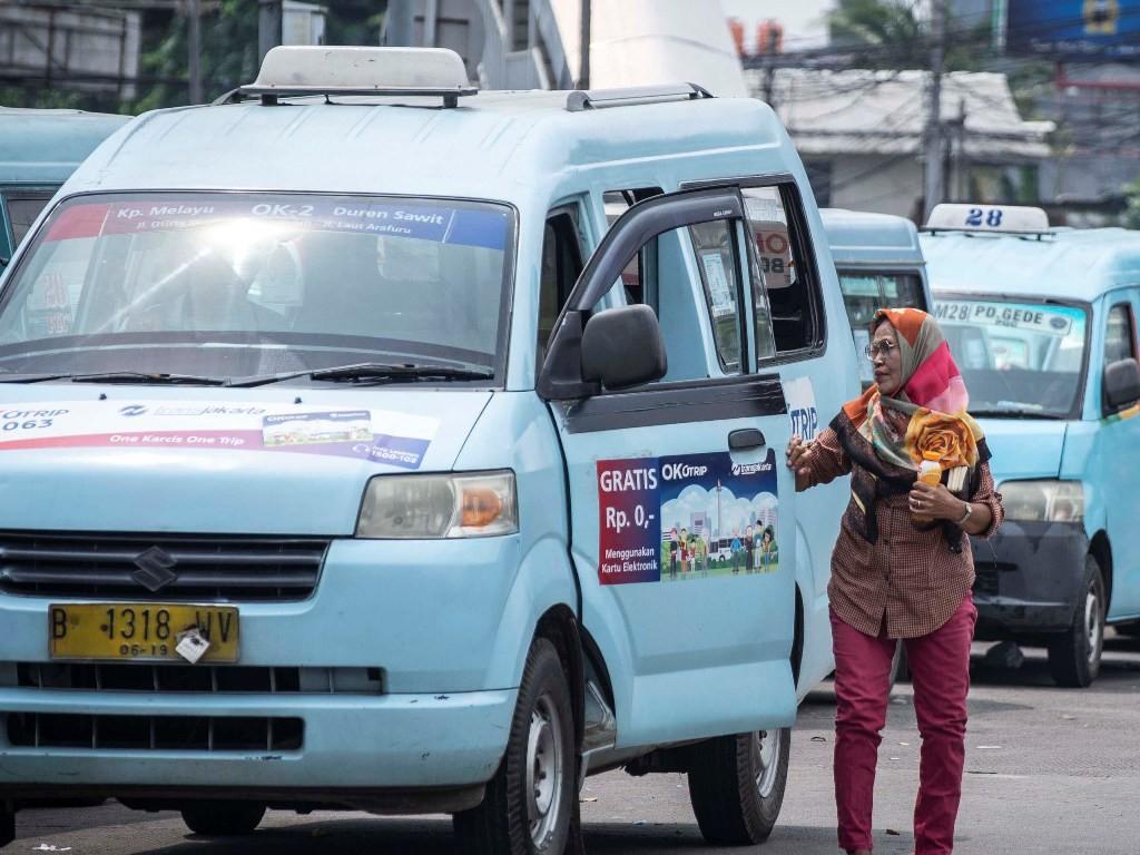 Penumpang turun dari angkutan umum Mikrolet di Terminal Kampung Melayu, Jakarta. Foto: Antara/Aprillio Akbar.