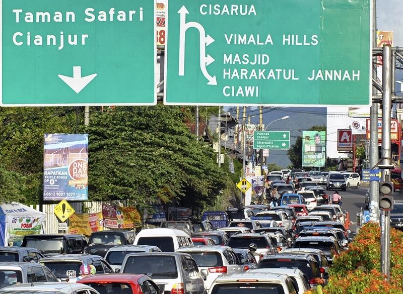 Antrean kendaraan memasuki Simpang Gadog, Ciawi menuju jalur Puncak, Kabupaten Bogor, Jawa Barat, Minggu, 30 Desember 2018. Antara/Arif Firmansyah