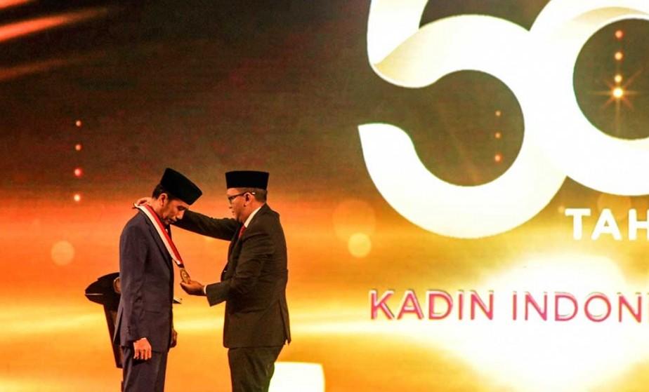 Kamar Dagang dan Industri (Kadin) Indonesia memberikan penghargaan kepada Presiden Joko Widodo sebagai Tokoh Pemerataan Pembangunan Indonesia. Antara Foto/Muhammad Adimaja