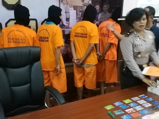 Empat orang pelaku pencurian modus ganjal mesin ATM yang ditangkap Polres Metro Bekasi Kota. Medcom.id/Antonio