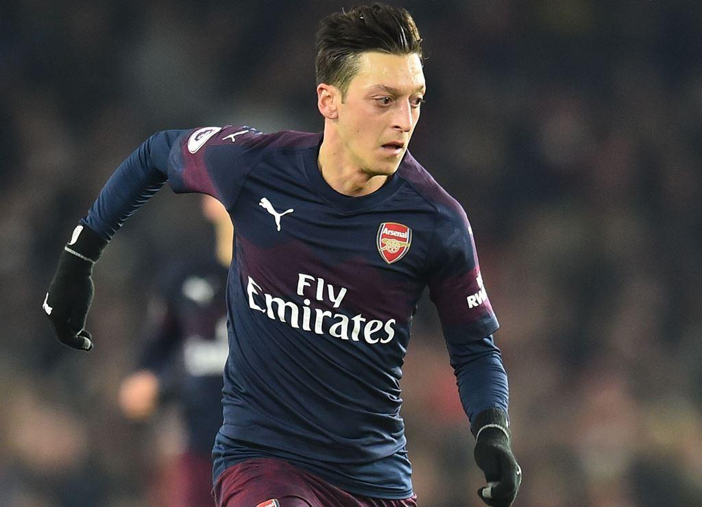 Gelandang Arsenal, Mesut Ozil mengalami cedera lutut (AFP/Glyn Kirk)