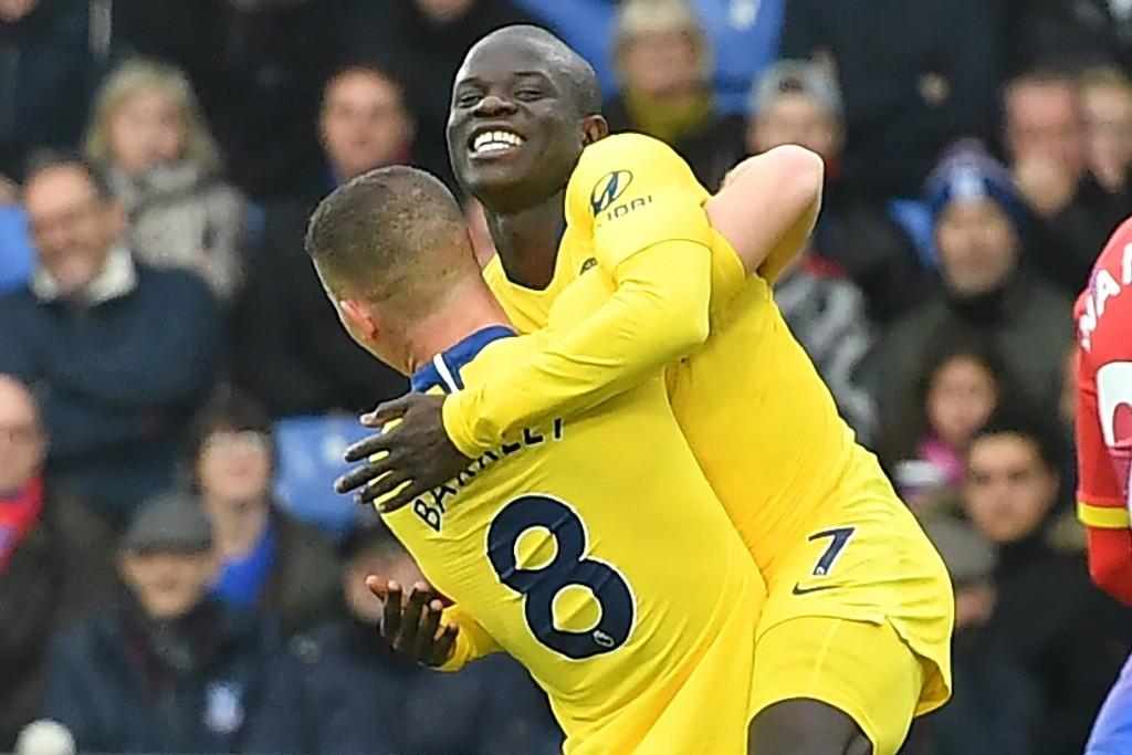 N'Golo Kante merayakan gol yang dicetaknya ke gawang Crystal Palace bersama Ross Barkley (AFP/Ben Stansall)