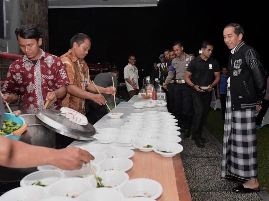 Presiden Jokowi merayakan malam pergantian tahun dengan bersantap bersama Paspampres, polisi, dan pegawai Istana Bogor. Foto: Biro Pers Sekretariat Presiden/Kris.