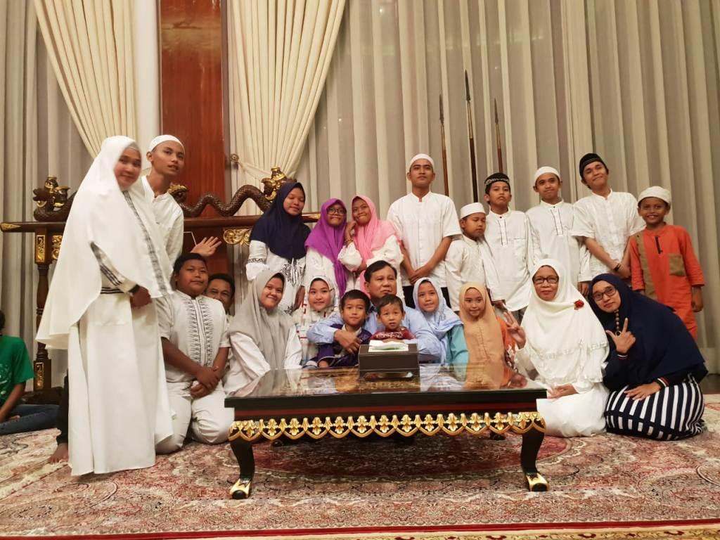 ?Prabowo mengundang anak yatim dan penyandang disabilitas di malam tahun baru 2019. Foto: Medcom.id/Whisnu Mardiansyah.