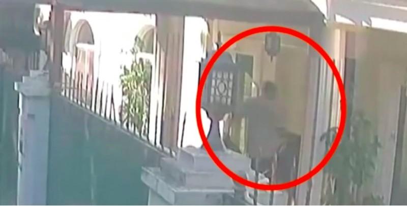 Seorang pria yang diduga membawa koper membawa jasad Jamal Khashoggi. (Foto: A Haber).