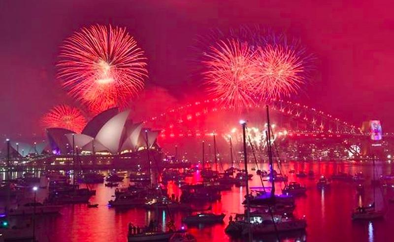 Meriahnya perayaan tahun baru di Sydney, Australia yang diwarnai pesta kembang api. (Foto: AFP).