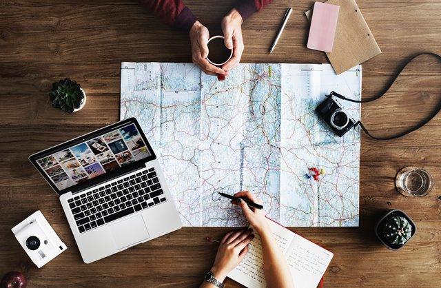 Ada baiknya Anda melakukan riset terlebih dahulu sebelum traveling. (Foto: Rawpixel/Unsplash.com)