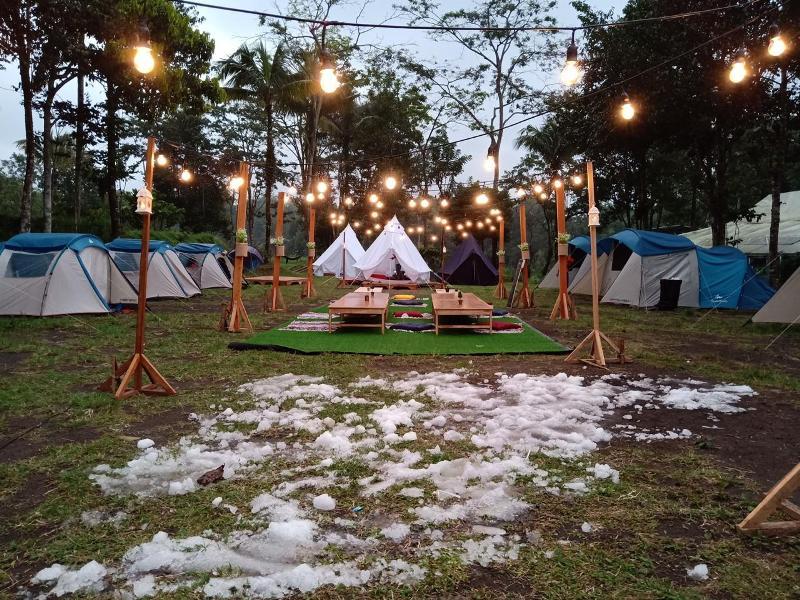 Perkemahan di Kaliurang dengan dekorasi salju