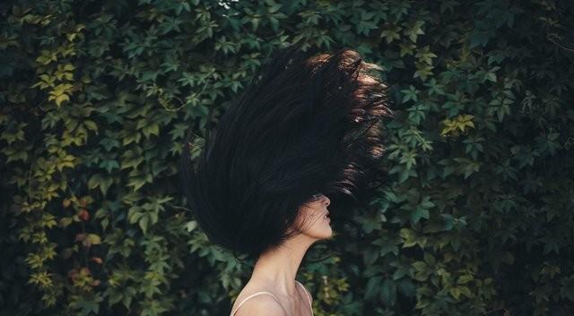 Meskipun kita sering tidak memikirkannya, perawatan rambut sehari-hari Anda dapat menyebabkan wanita kehilangan rambutnya. (Foto: Henri Pham/Unsplash.com)