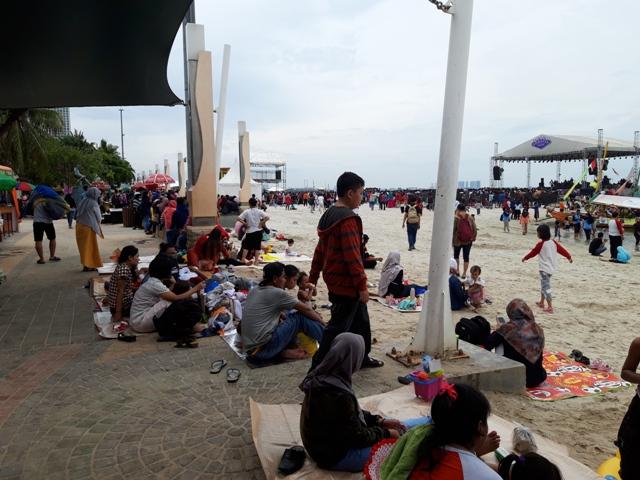 Pengunjung menikmati  suasana Pantai Ancol/Medcom.id/Intan Yunelia