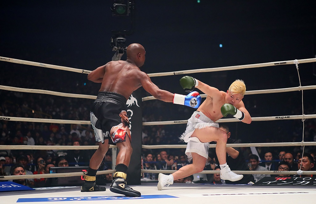 Momen Floyd Mayweather Jr saat memukul jatuh Tenshin Nasukawa (AFP PHOTO / 2015 RIZIN FF)