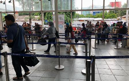 Suasana penumpang di stasiun Pasar Senen, Jakarta Pusat. Medcom.id/Theofilus Ifan Sucipto