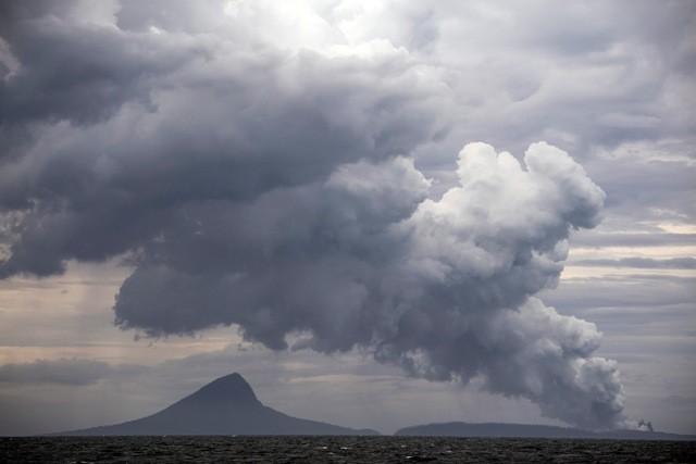 Erupsi Gunung Anak Krakatau terlihat dari KRI Torani 860 saat berlayar di Selat Sunda, Lampung, Selasa (1/1/2019). Foto: Antara/Sigid Kurniawan