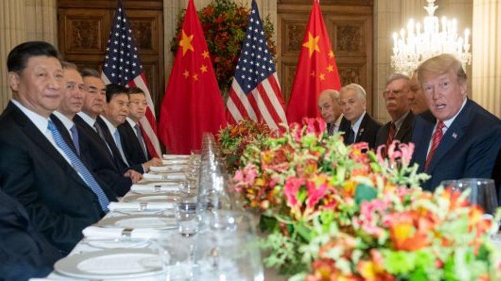 Presiden AS Donald Trump (kanan) dan Presiden Tiongkok Xi Jinping (kiri) bersama dengan anggota delegasi masing-masing (Saul Loeb/AFP)