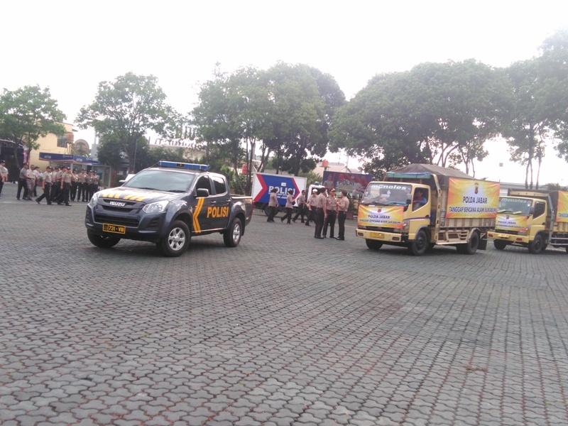 Polda Jawa Barat kirimkan bantuan delapan truk berisi kebutuhan sehari-hari untuk para korban bencana alam di Lampung, Banten, dan Kabupaten Sukabumi, Rabu 2 Januari 2019