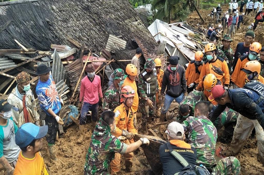 Proses evakuasi jenazah korban longsor di Sukabumi, Rabu, 2 Januari 2019, dok: SAR