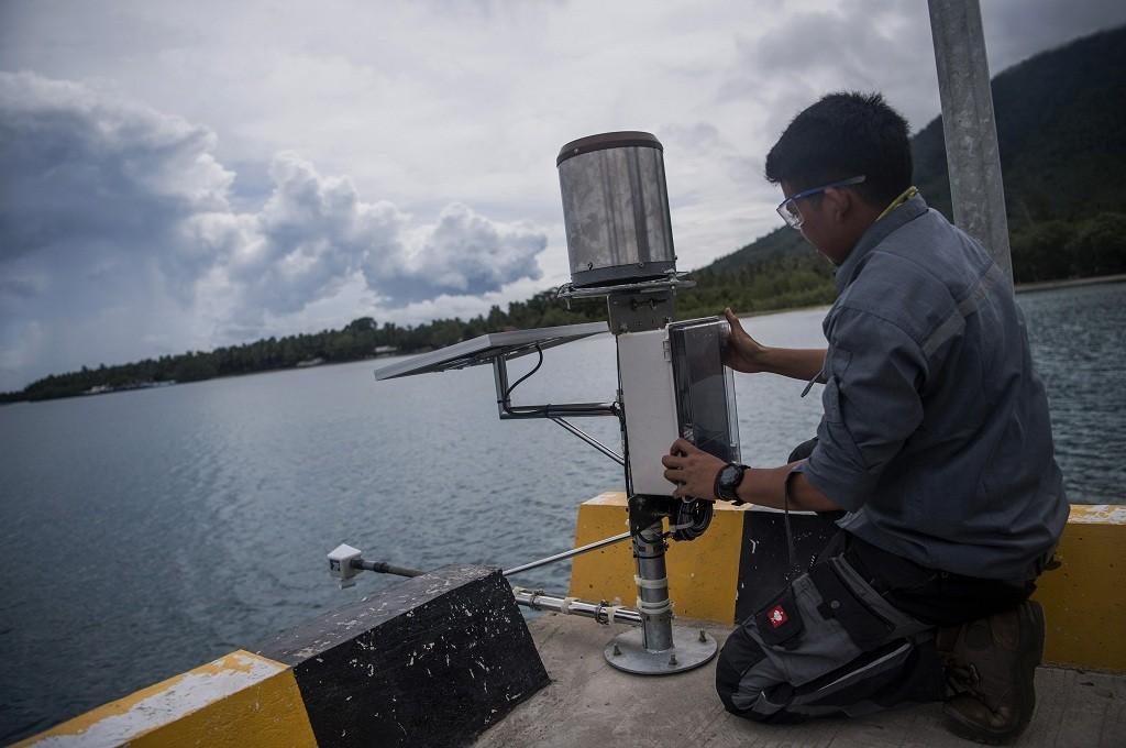 Petugas BMKG memasang alat pengukur air untuk mengantisipasi dampak erupsi Gunung Anak Krakatau di Lampung, Selasa 1 Januari 2019, Ant - Sigid Kurniawan